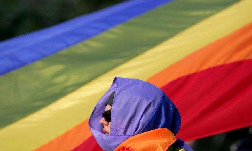 Международный символ сексуальных меньшинств - флаг раскрашенный в цвета радуги