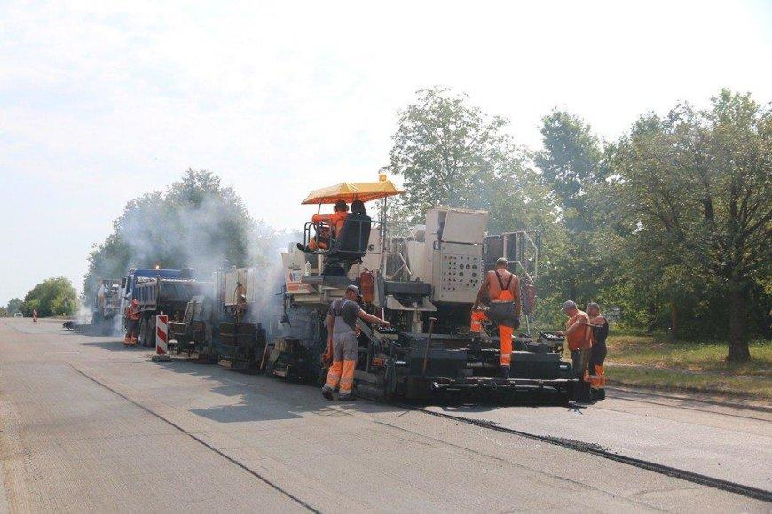 Darbininkai kloja asfaltą