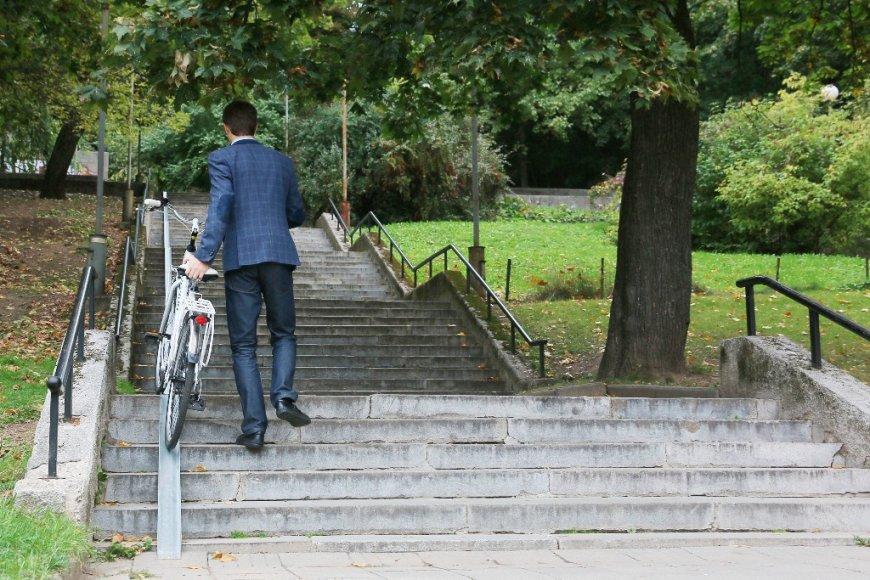 Ant dvejų miesto laiptų įrengti specialūs bėgeliai, leidžiantys dviratininkams patogiai užsistumti savo transporto priemones į kalną ar nusivesti nuo jo.