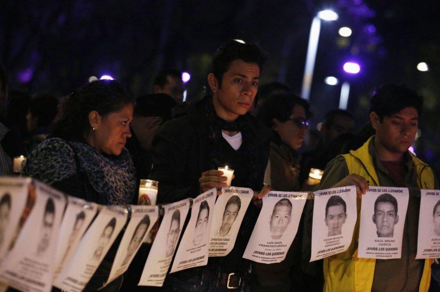Protesto dalyviai laiko dingusių studentų nuotraukas
