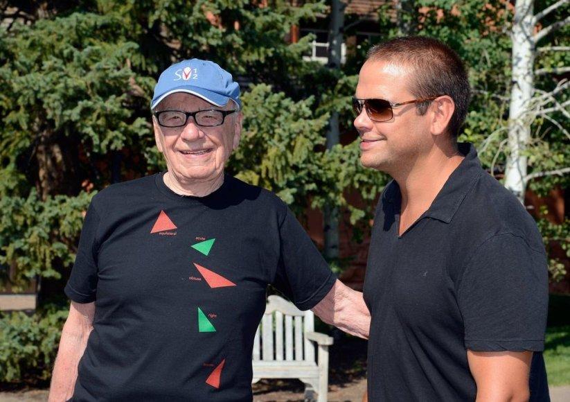 """Žiniasklaidos korporacijos """"News Corporation"""" magnatas Rupertas Murdochas su sūnumi Lachlanu"""