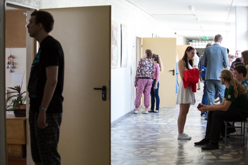 Antradienį šalies abiturientai laiko valstybinį istorijos brandos egzaminą
