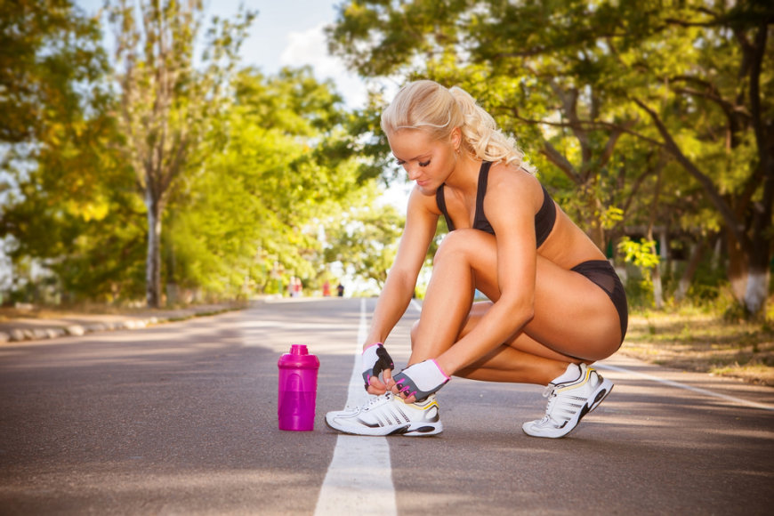 Sportuojant mergina.