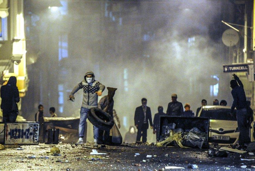 Protestuotojai susidūrė su policijos pajėgomis Stambule