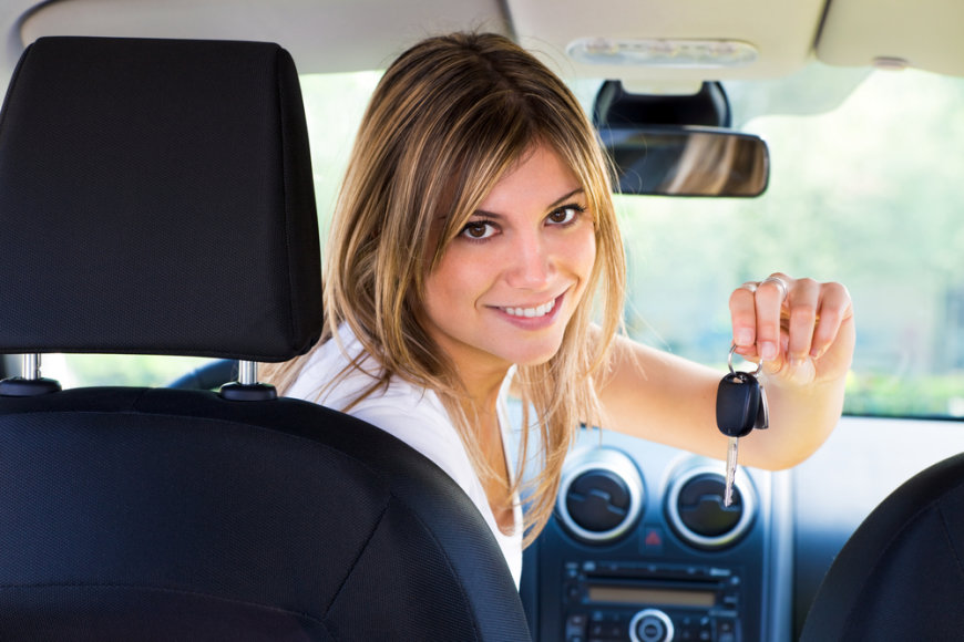 Mergina automobilyje