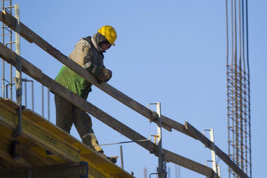 Statybininkai dirba ir per didelius šalčius.