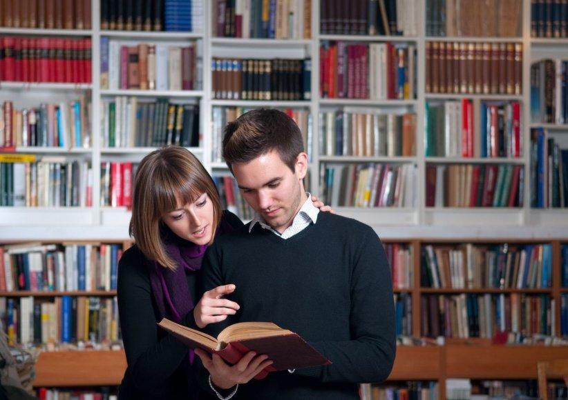 Mergina ir vaikinas skaito knygą