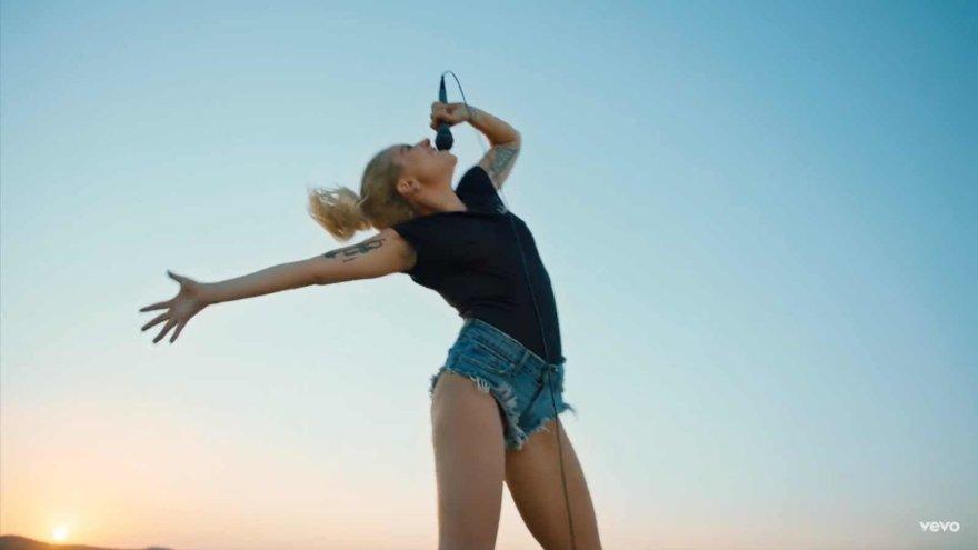 "Lady Gaga vaizdo klipe ""Perfect Illusion"""