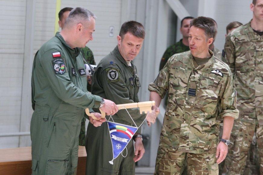 K.Stobieckis (kairėje) perėmė simbolinį Oro policijos misijos raktą.