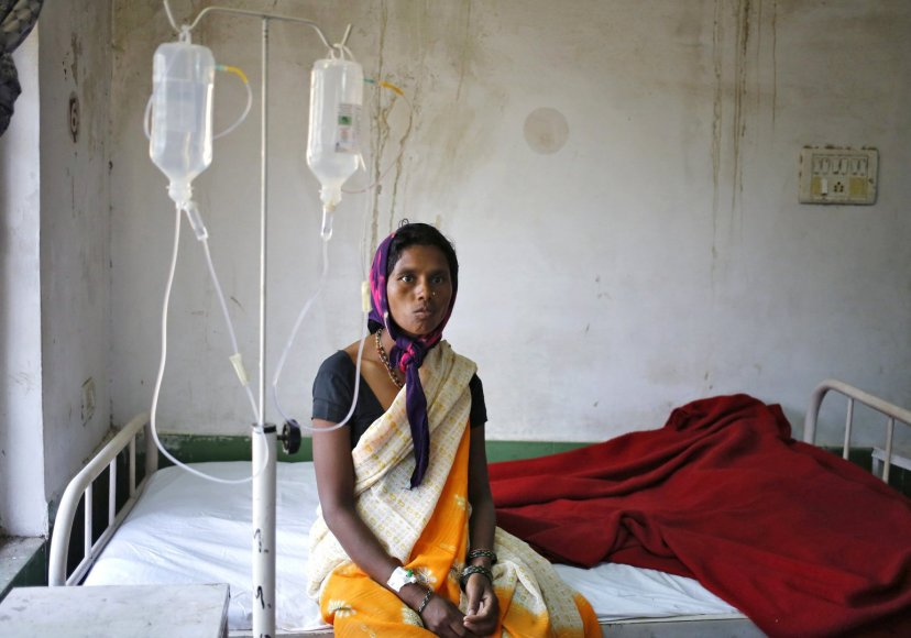Moteris sterilizacijos klinikoje Indijoje