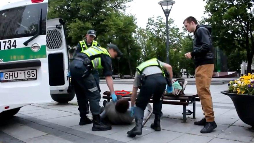 Policija gelbsti benamį