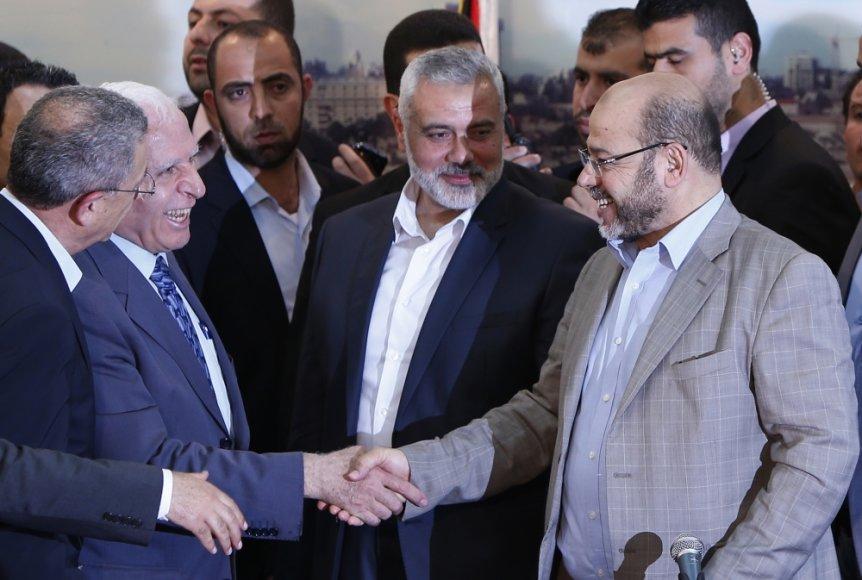 """Palestiniečių organizacijų """"Fatah"""" ir """"Hamas"""" atstovai Azzamas Al-Ahmedas ir Moussa Abu Marzouqas."""