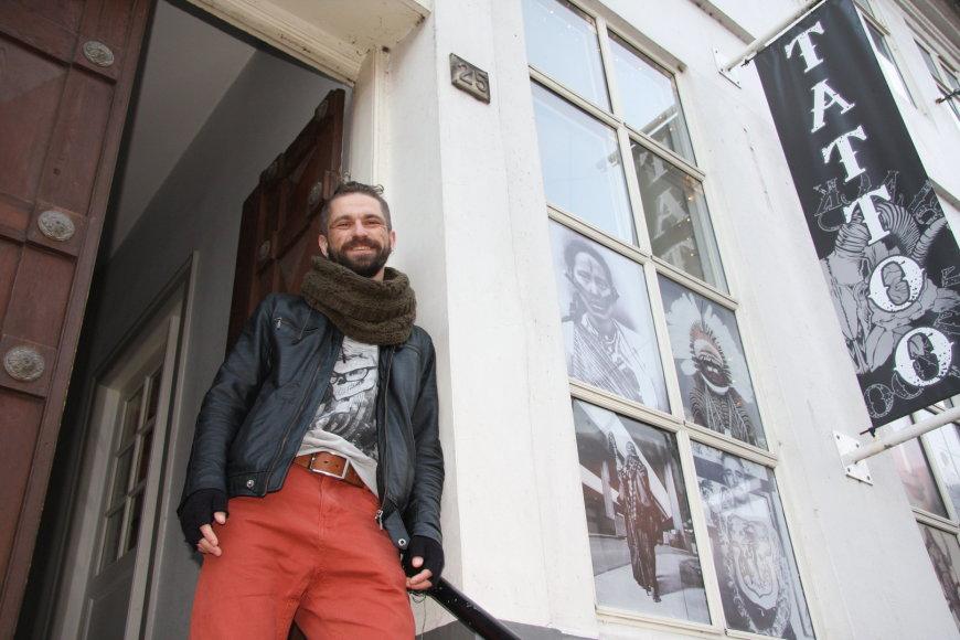 Molėtiškis Šarūnas Vaičius Ostendėje daro tatuiruotes danams
