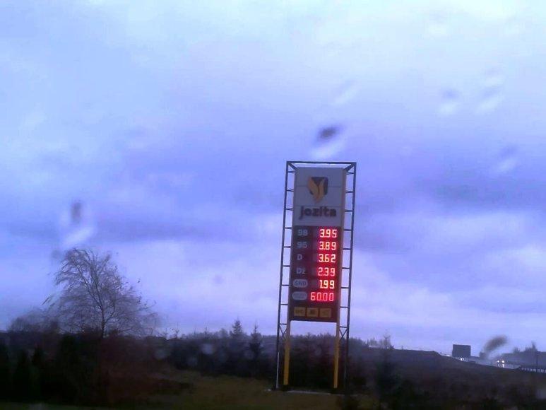 Pajūrio vairuotojus stebina iki stulbinamų žemumų nukritusios degalų kainos