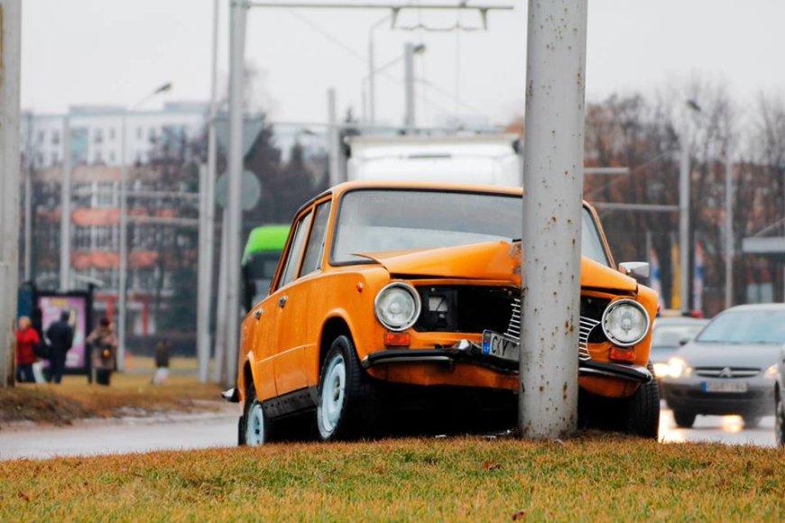 """Skaitytojo Dariaus K. nuotraukoje - """"Žiguli"""" avarija Kaune 2014 m. vasario 20 d."""