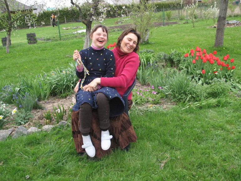 Dauno sindromu serganti Viltė dažnai juokiasi.