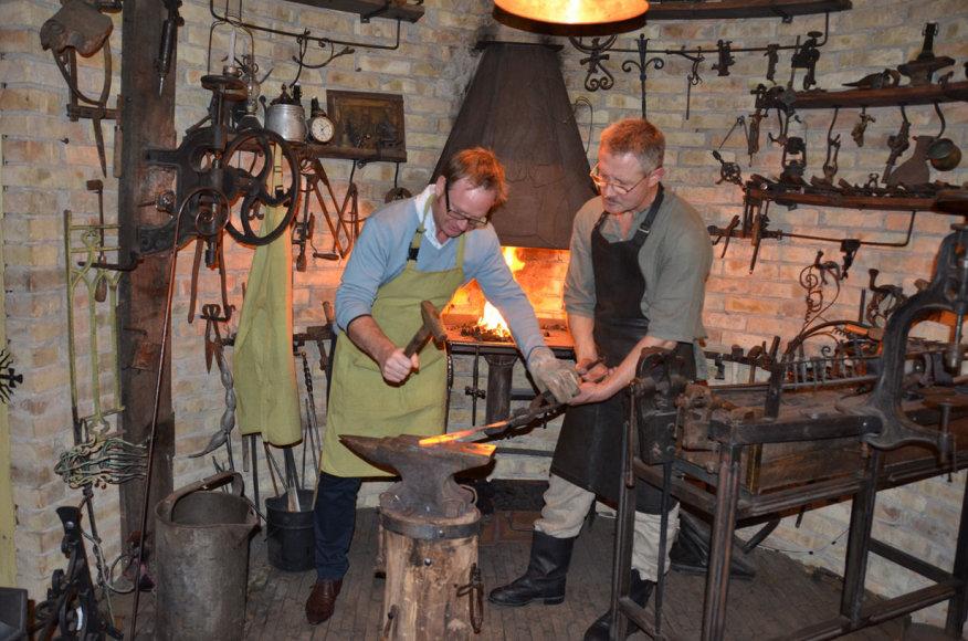 Turistų susipažinimas su lietuviškais amatais. Užupio kalvis