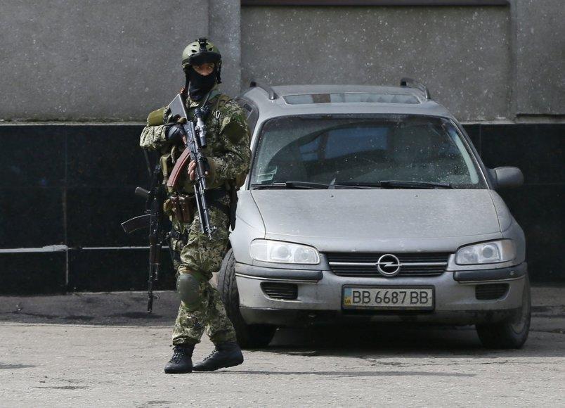 Ginkluotas ir karine uniforma apsirengęs vyras Slaviansko mieste
