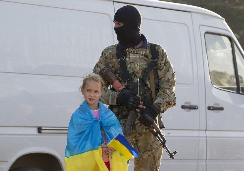 Ukrainos karys su mergaite, laikančia šalies vėliavą