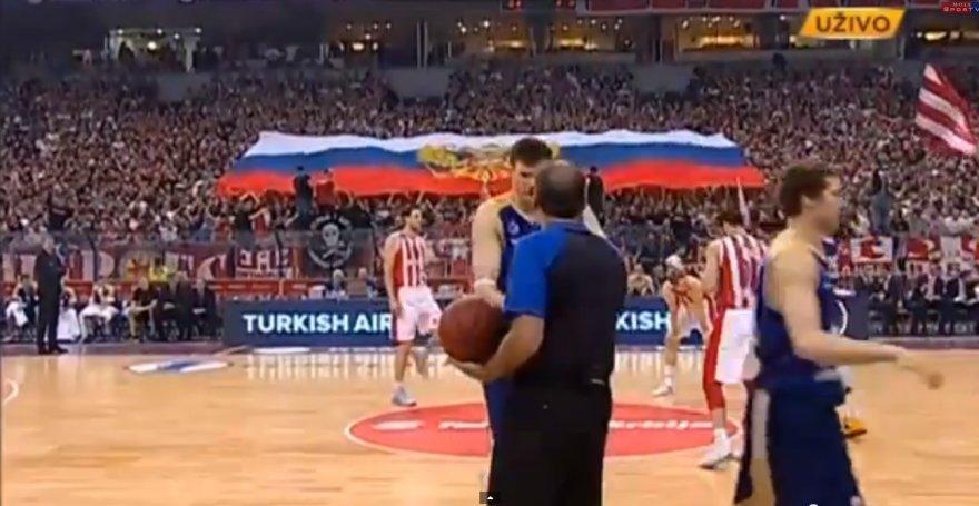 Darjušas Lavrinovičius, o už jo – serbų išskleista Rusijos vėliava