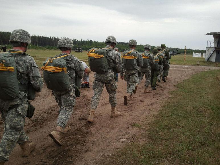 Kairių kariniame poligone, Klaipėdos prieigose JAV parašiutininkai demonstruoja kraują stingdančius manevrus.