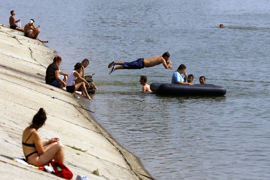 Rumunijoje žmonės karštomis dienomis atgaivos ieškojo prie vandens.