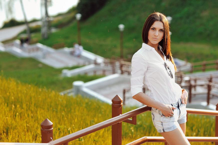 Mergina su baltais marškiniais ir šortukais