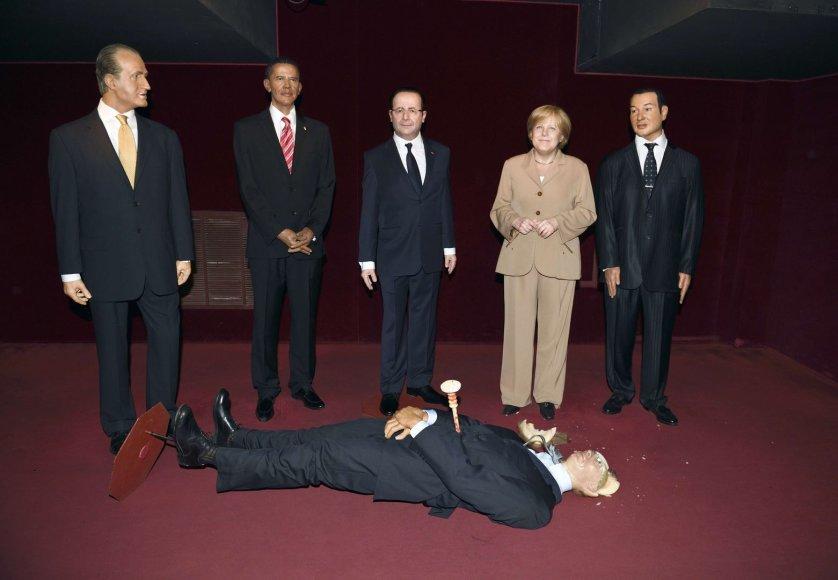 Išniekinta Rusijos prezidento Vladimiro Putino vaškinė figūra guli prie Ispanijos karaliaus Juano Carloso, JAV prezidento Baracko Obamos, Prancūzijos prezidento Francois Hollande'o, Vokietjos kanclerės Angelos Merkel ir Maroko karaliaus Mohamedo VI