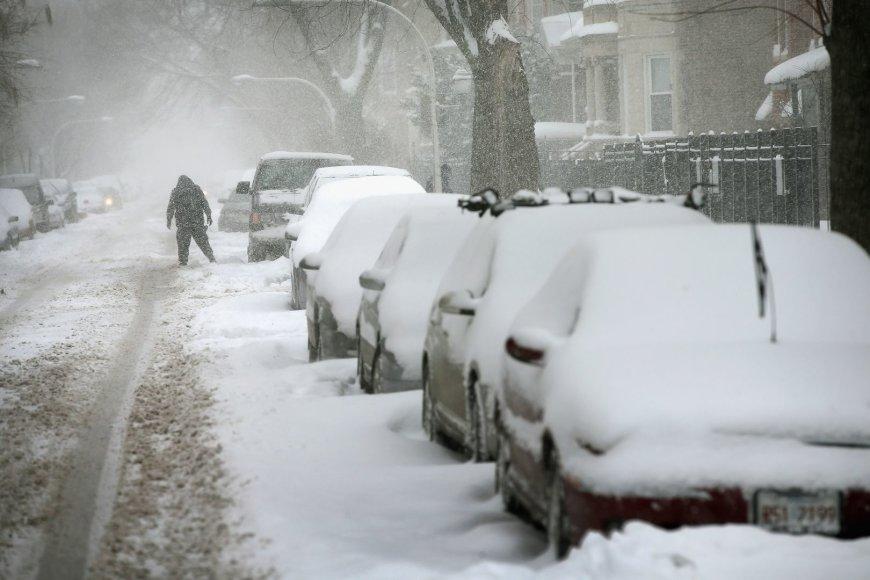 Čikagoje apsnigti automobiliai