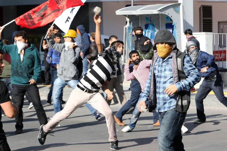 Turkijoje kurdus palaikantys demonstrantai susirėmė su policija