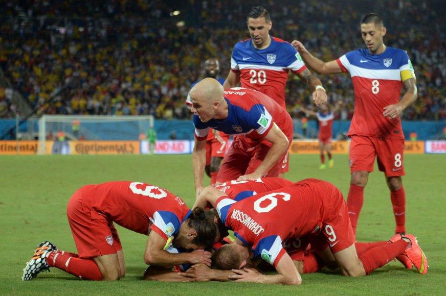 JAV futbolininkai džiaugiasi Johno Brookso įvarčiu