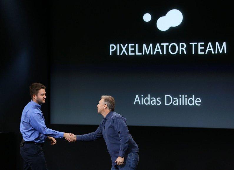 """Aidas Dailidė ant scenos per """"Apple"""" pristatymą"""