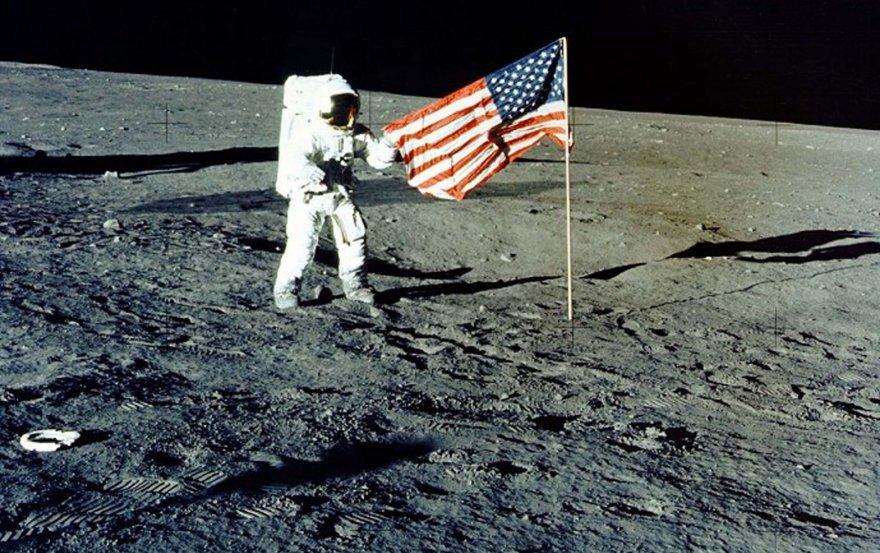 JAV vėliava Mėnulyje
