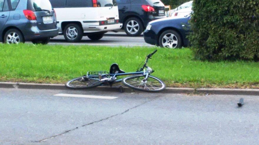 Klaipėdoje nedrausmingą dviratininką partrenkė net du automobiliai