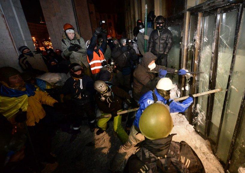 Maidano aktyvistai pabandė įsiveržti į Ukrainos rūmus Europos aikštėje.