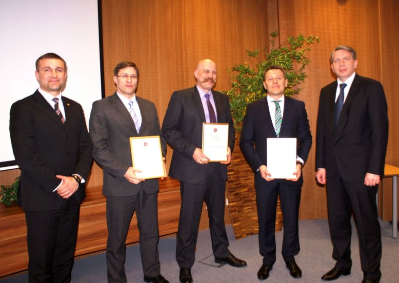 """Išskirtinai vyrišką """"Metų prokurorų"""" laimėtojų kompaniją (viduryje iš kairės): A.Stanislovaitį, Z.Tuliševskį ir V.Kukaitį pasveikino generalinis prokuroras D.Valys (dešinėje) ir konkurso iniciatorius prokuroras S.Galminas(kairėje), įteikdami garbės raštus ir vardines dovanas."""