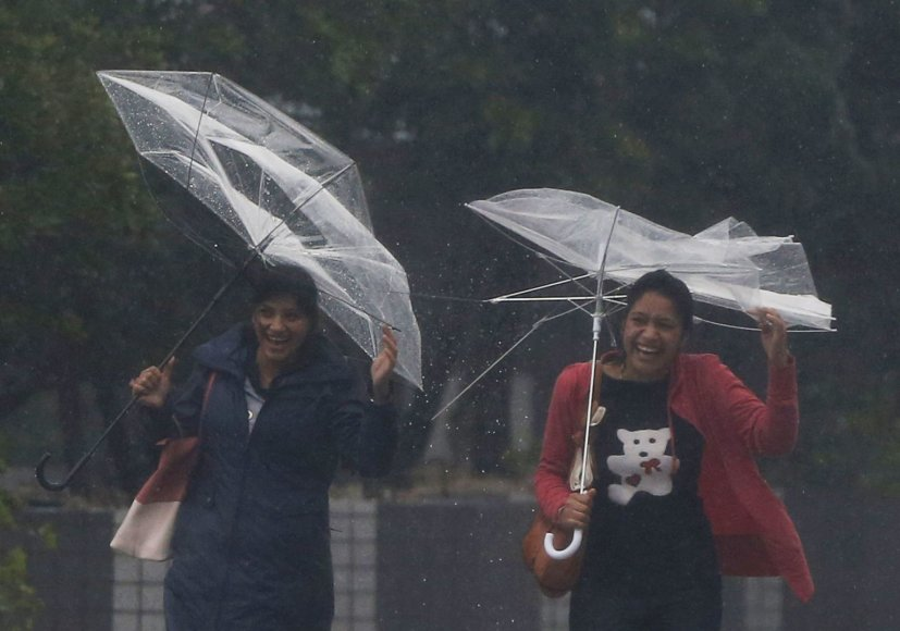 Stiprus vėjas laužo skėčius