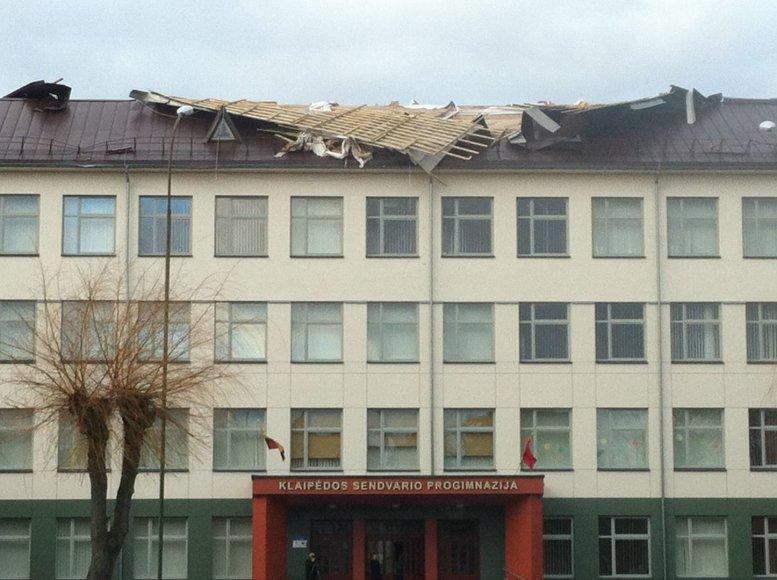 Vėjas nuplėšė uostamiesčio Sendvario progimnazijos dalį stogo.