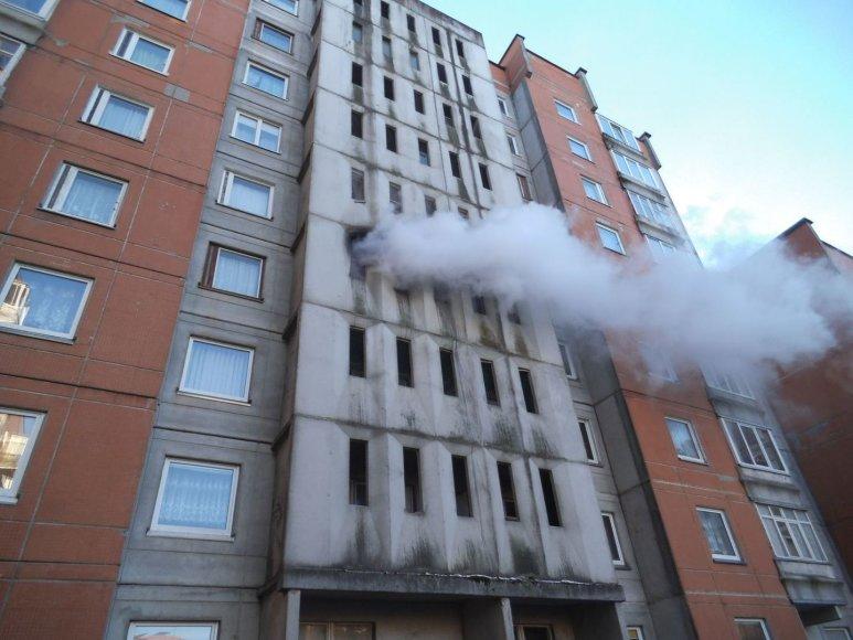 Gaisras laiptinėje Kuncų gatvėje, Klaipėdoje, įsiplieskė nuo laiptinėje pamestos lovos. Kažkas neatsargiai elgamasis uždegė lovą, ugnis bemat išplito.