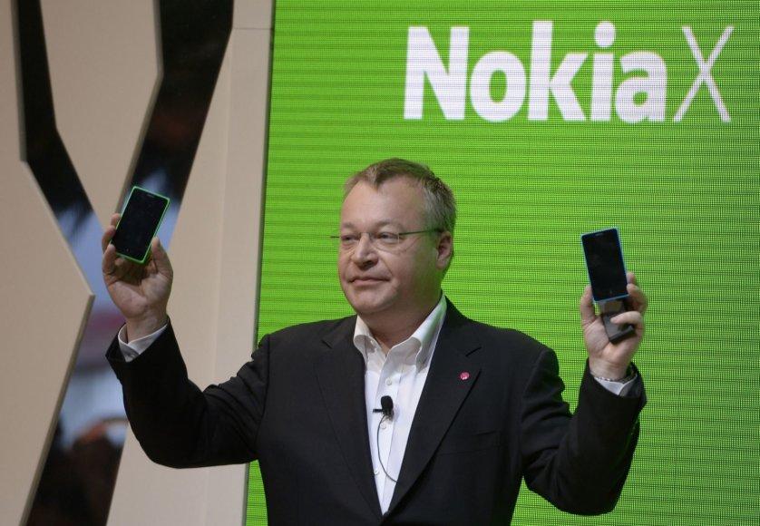 """""""Nokia"""" vadovas Stephenas Elopas laiko rankose pirmuosius """"Nokia"""" telefonus, veiksiančius su """"Android"""" operacine sistema"""