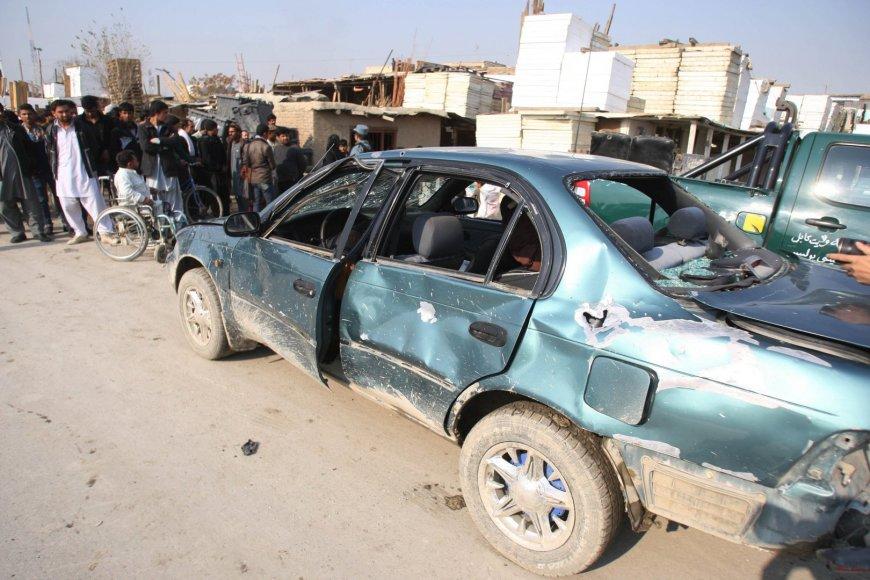 Per savižudžio išpuolį suniokotas automobilis Kabule