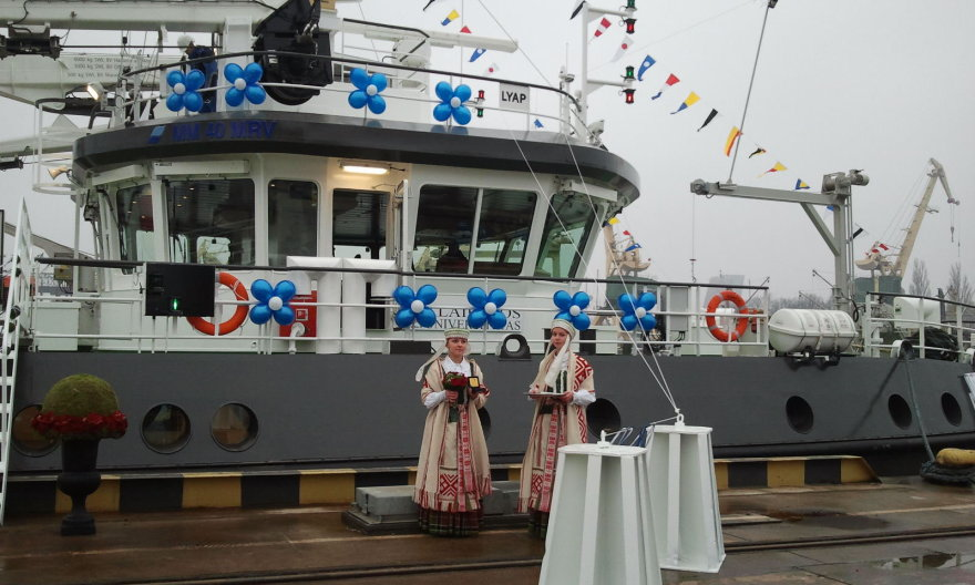 """Klaipėdos universiteto studijos keliasi į atvirą jūrą. Naujutėlaičiam moksliniam laivui oficialiai suteiktas """"Minties"""" vardas.  2014 m. lapkričio 25 d."""