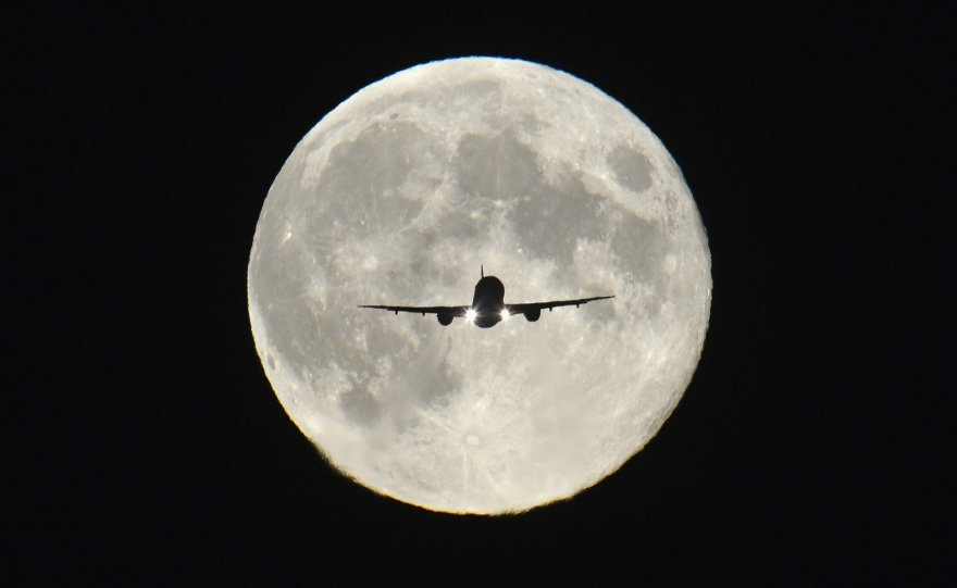 Lėktuvas mėnulio fone