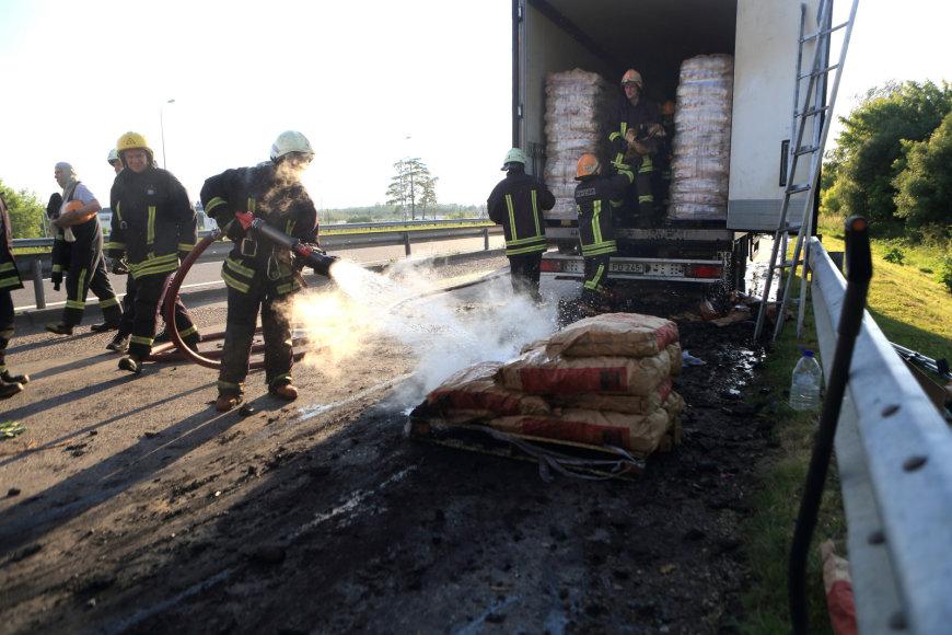 Gaisras prie Gariūnų: degė sunkvežimis, vežęs anglis