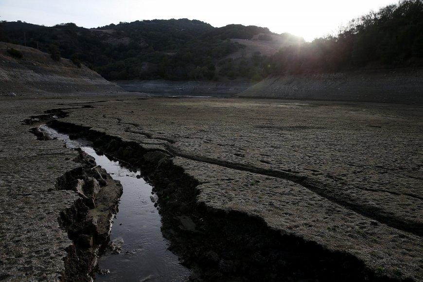 Išdžiuvęs Almadeno tvenkinys Kalifornijoje