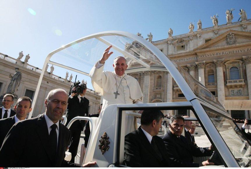 Šv. Valentino dieną popiežius Pranciškus laimino Vatikane įsimylėjėlius 2014 m. vasario 14 d.