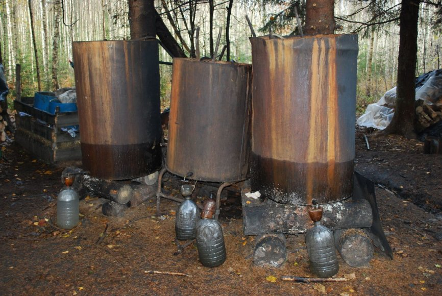 Naminės degtinės fabrikėlis miške