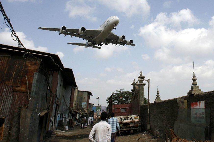 Į Mumbajaus oro uostą leidžiasi lėktuvas
