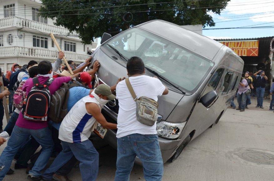 Meksikoje protestuotojai susirėmė su policija.