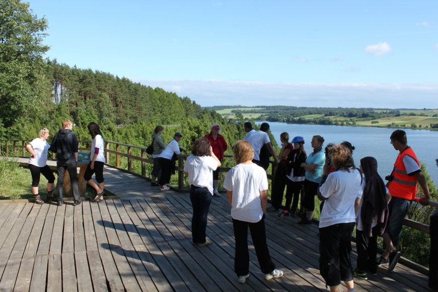 Arlaviškių kadagių slėnyje ant skardžio krašto įrengtas pažintinis pėsčiųjų takas (Kauno marių regioninio parko nuotrauka)